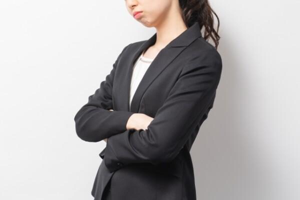 スーツの悩む女性